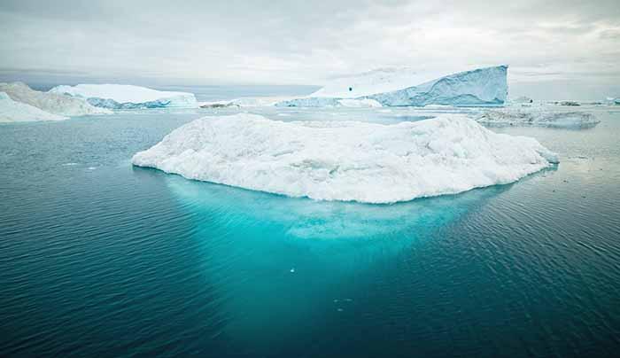 海に浮かぶ氷山