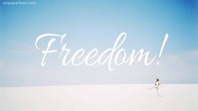 Freedom!白い砂漠で元気に歩く女性の写真