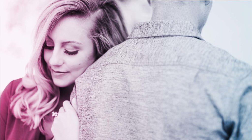 逆の方向を向きながら腕を組む男女。女性は幸せそうな表情でピンク色、男性は背中を向いていて表情はわからず青色の写真