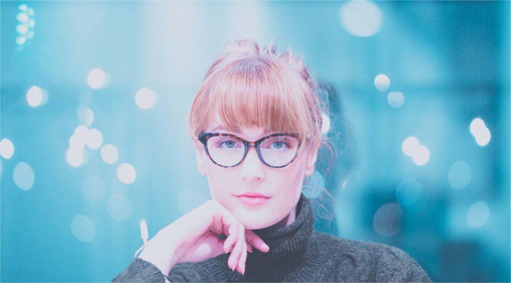 メガネをかけてこちらを観察する女性