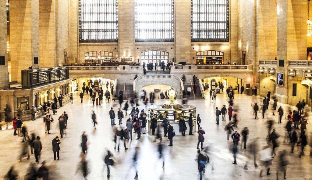 人混みの駅構内の写真