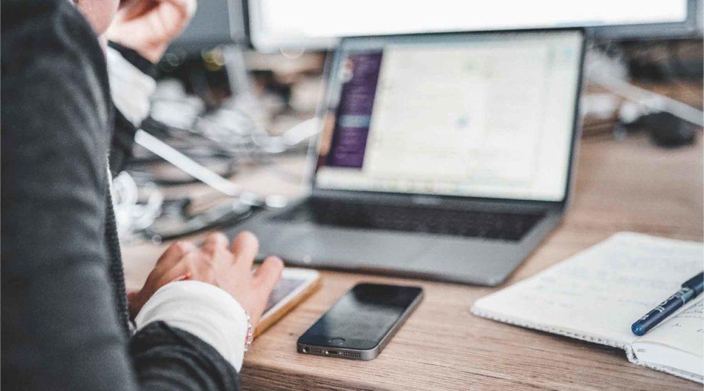 パソコンの前で仕事している人の写真