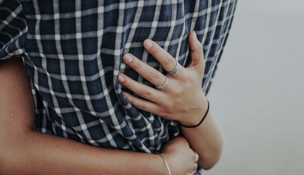 抱き合う男女カップルの手元の写真