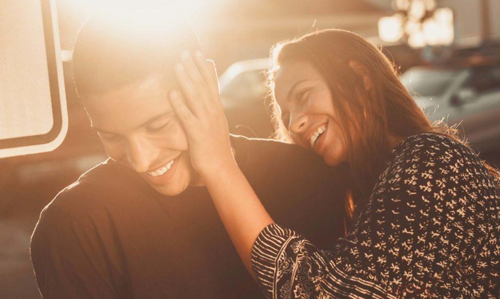 女性が男性にちょっかいを出して楽しそうなカップルの写真