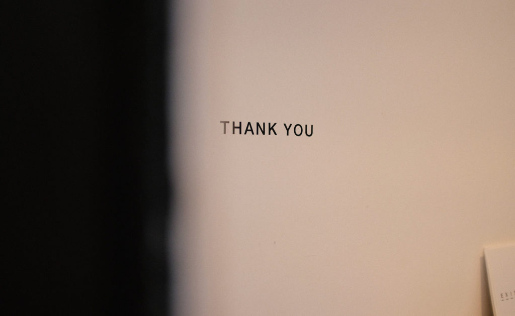 thank youと小さく書かれた壁の写真