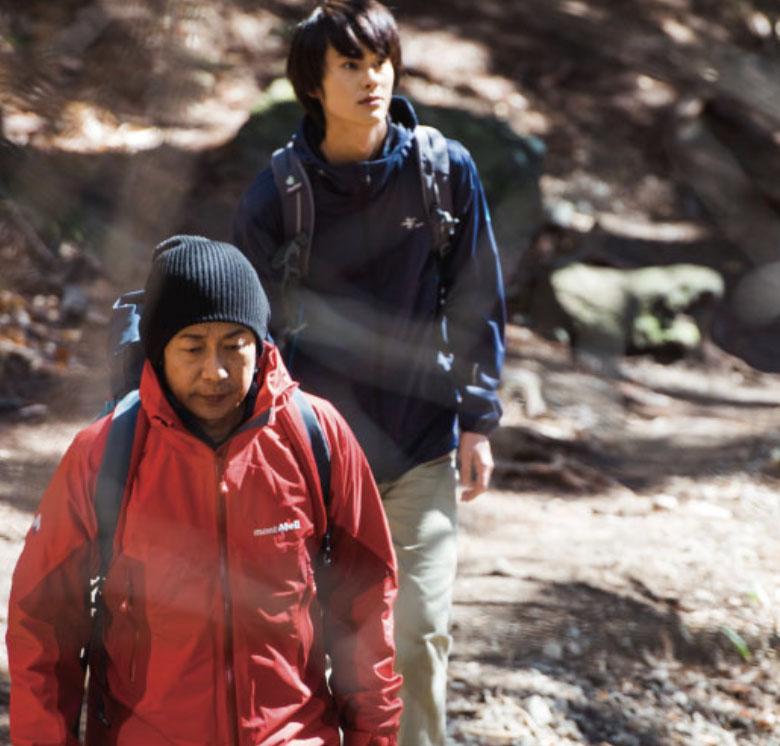 山登りをする父と、母の連れ子である長男の写真