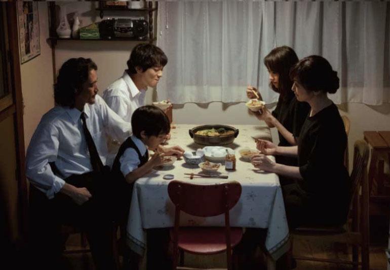 母と3人の子供に、長男の息子も加わった通夜の食卓の写真
