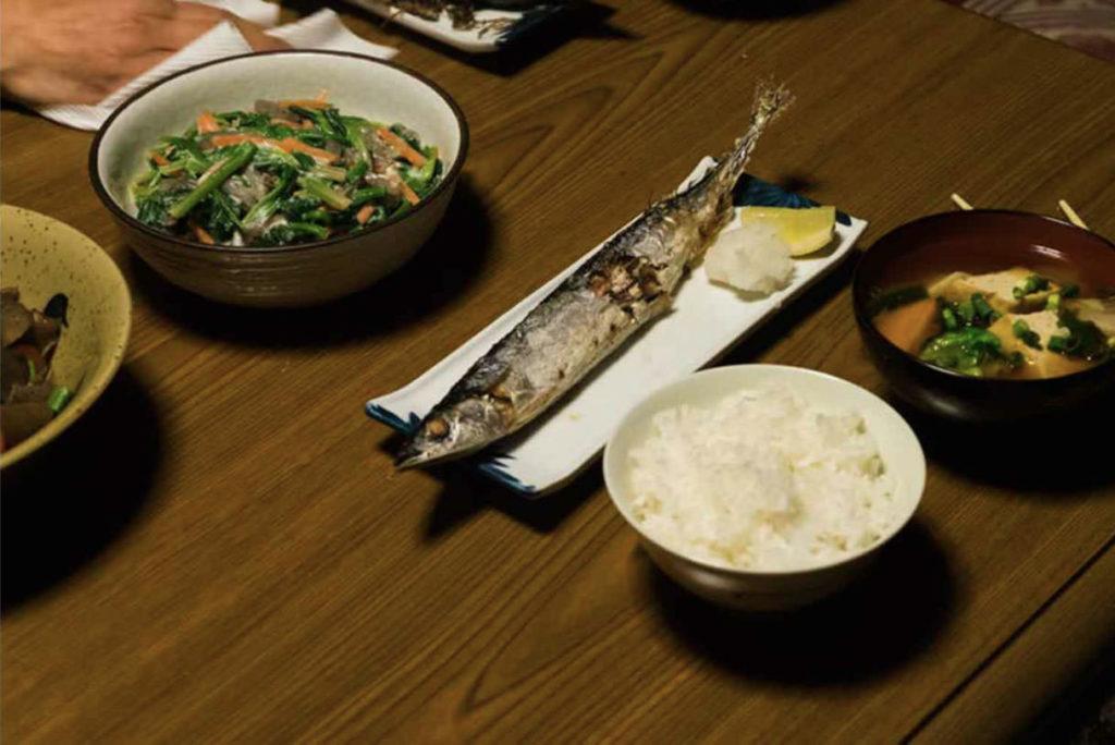 夕食の秋刀魚の写真