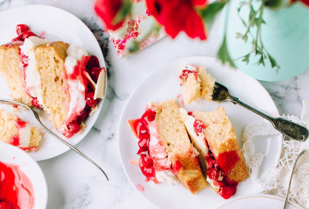 ストロベリーソースが色鮮やかなケーキの写真