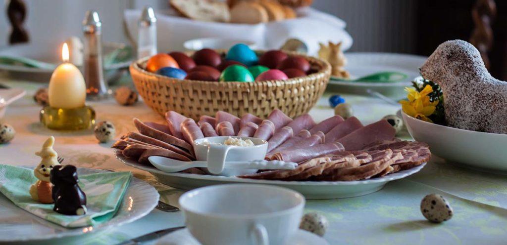 ハムやイースターエッグが並べられたのテーブル