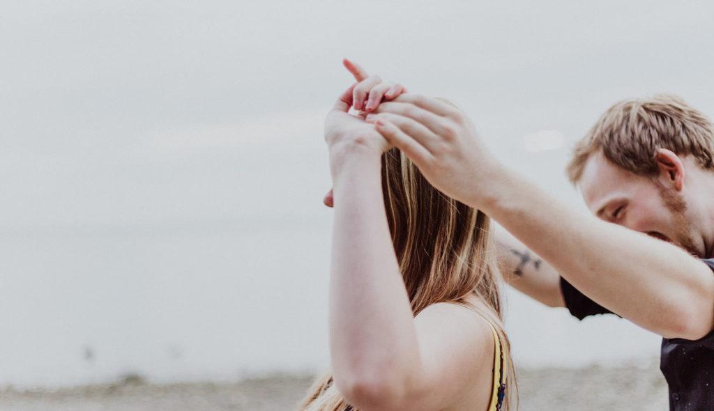 手を取り合い笑顔で楽しそうに歩くアラフォーカップルの写真