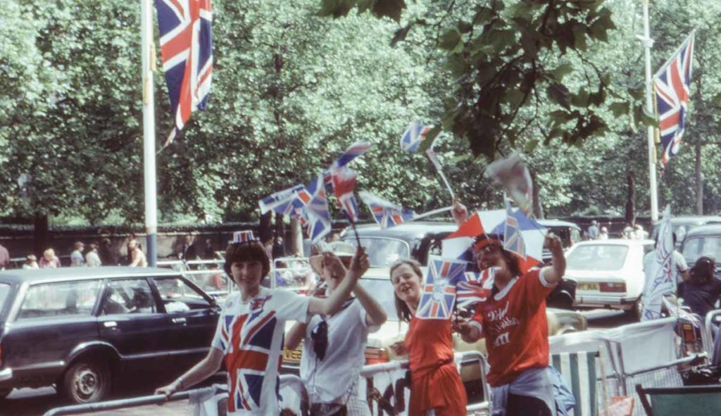 イギリス国旗を振る家族の写真