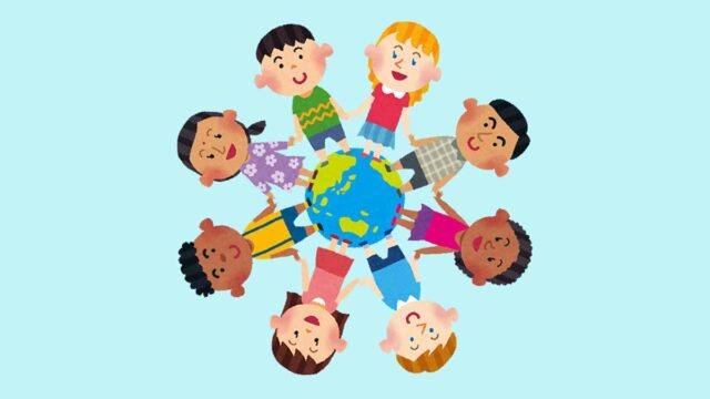世界中の多様な人種の子供達が手をつないで地球の上で話になっている