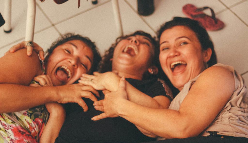 爆笑している女性3人の写真
