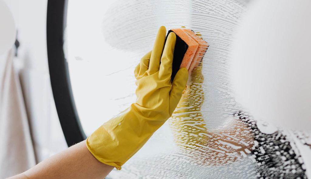 鏡を磨く手の写真