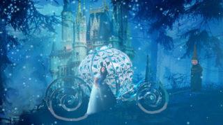 背景にシンデレラ城があり、宝石のような馬車からから降りて辺りをうかがう水色のドレスを着たシンデレラのイメージ画像