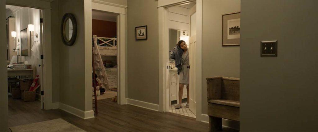 お風呂上がりの長女がバスルームから出てくる