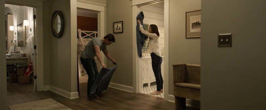 タオルでビショビショになった壁や床を拭く夫妻