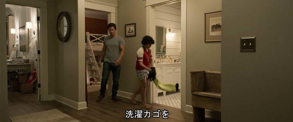 服を脱ぎながらバスルームに入る長男に「洗濯カゴを」と声かけする夫
