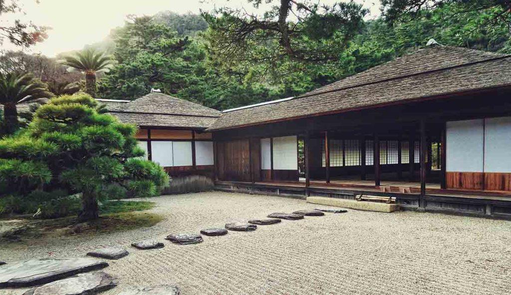 日本家屋と石で作られた庭園の写真