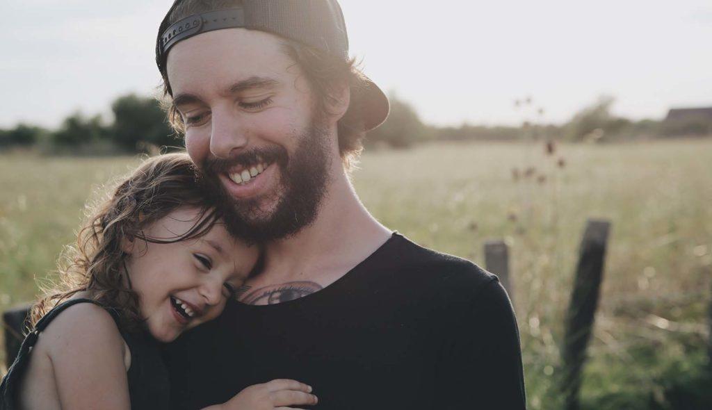 笑顔の娘を抱っこする父の写真