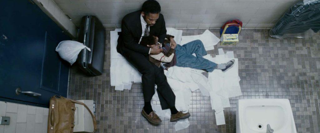 駅のトイレで一夜を過ごすシンパパと息子