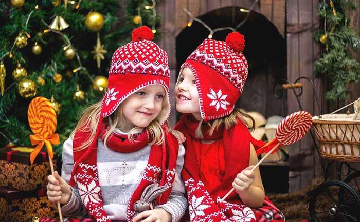 お揃いの赤い帽子をかぶった仲良しの女の子2人