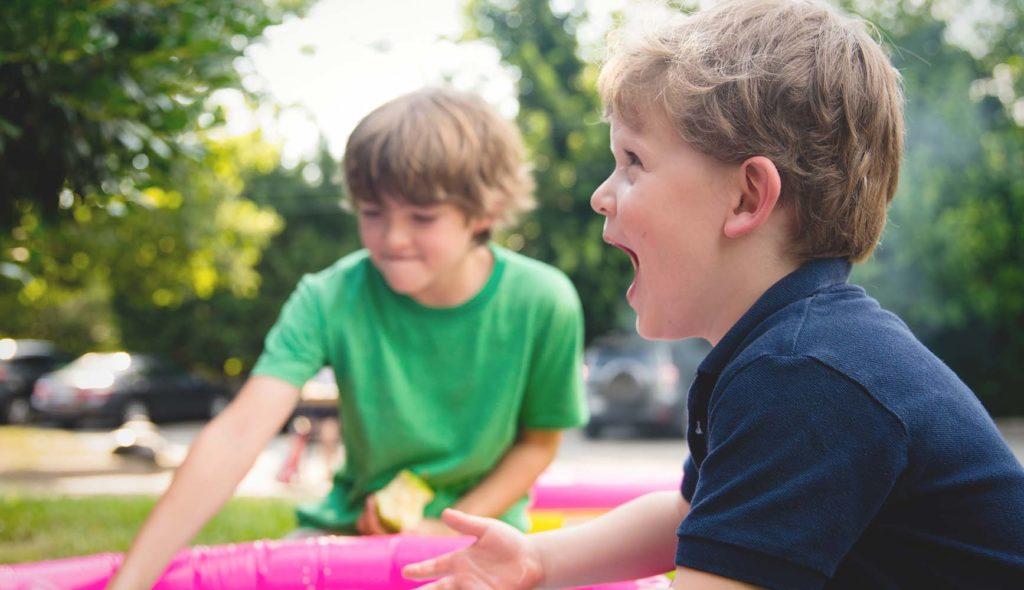 公園で水遊びする子供たち