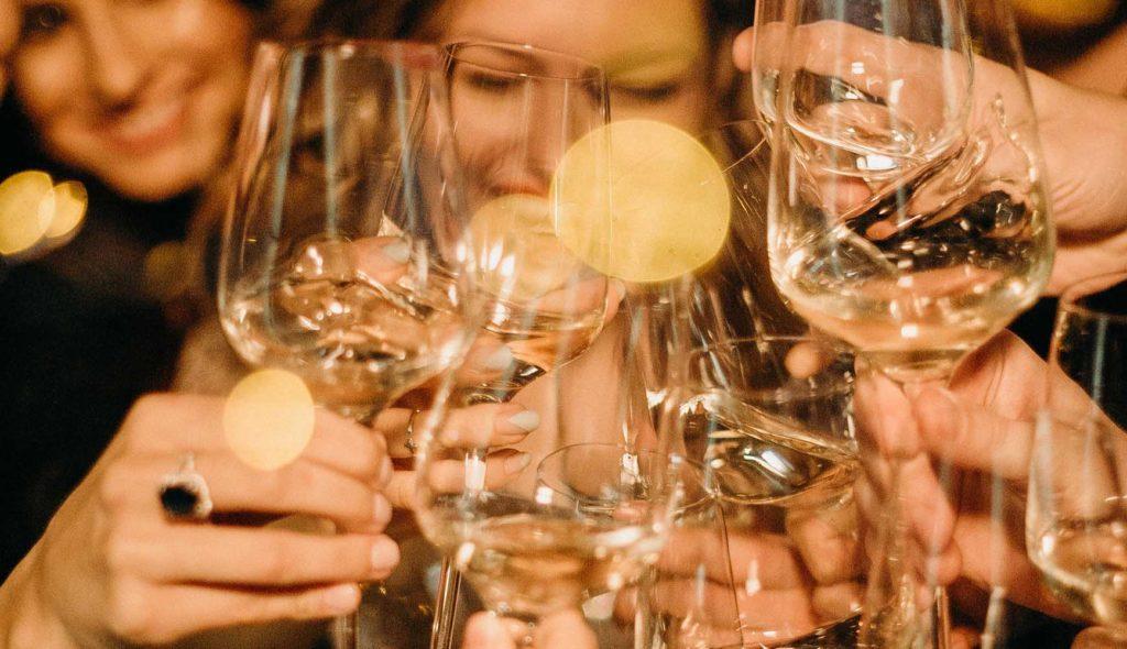 たくさんのワイングラスで乾杯