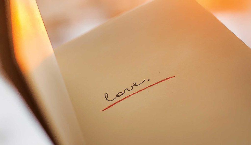 ノートにLoveと一言だけポツンと書かれている