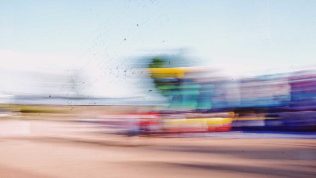 遊園地で目が回るアトラクションに乗っているようなカラフルな残像の写真