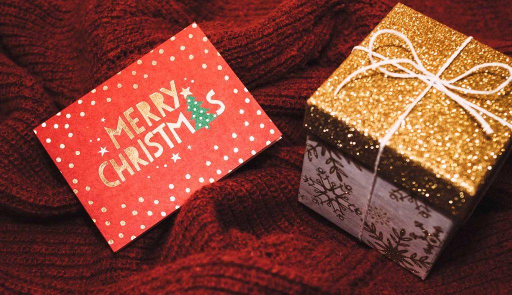 クリスマスカードと手作りラッピングの小さなギフトボックス