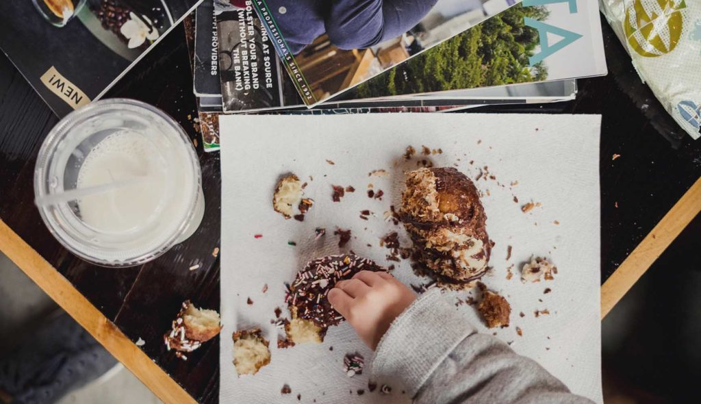 子供がドーナツを食べるお皿とテーブル