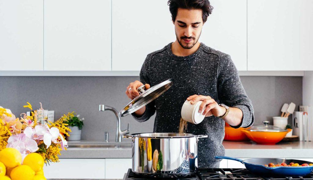 料理する男性