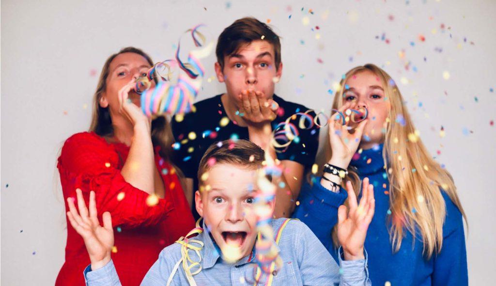 紙吹雪で祝うパリピな家族写真