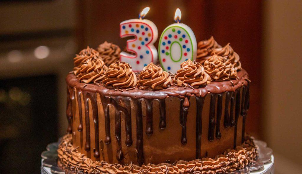 30というローソクの乗った手作りケーキ
