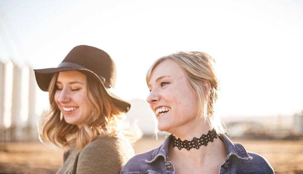 笑顔のアラサー女性2人の写真