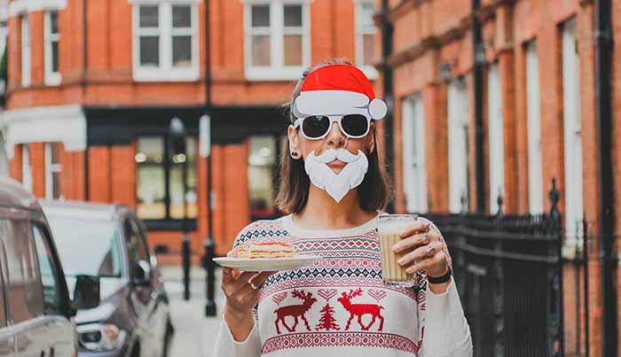 サンタの格好をした女性