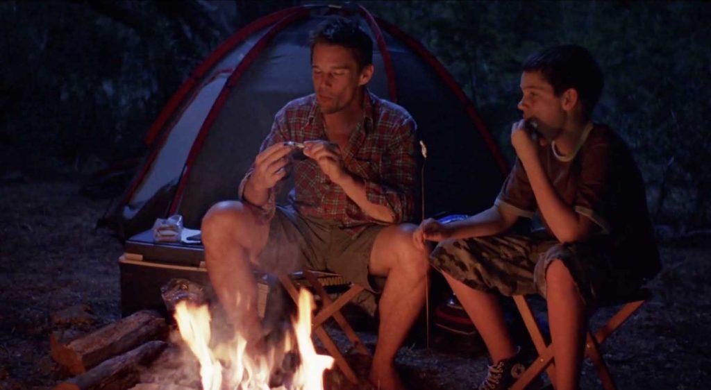 キャンプファイヤーを囲んで語る親子