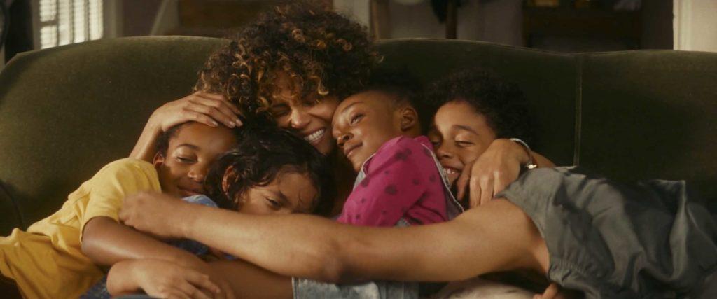 家族みんなで抱き合って笑顔