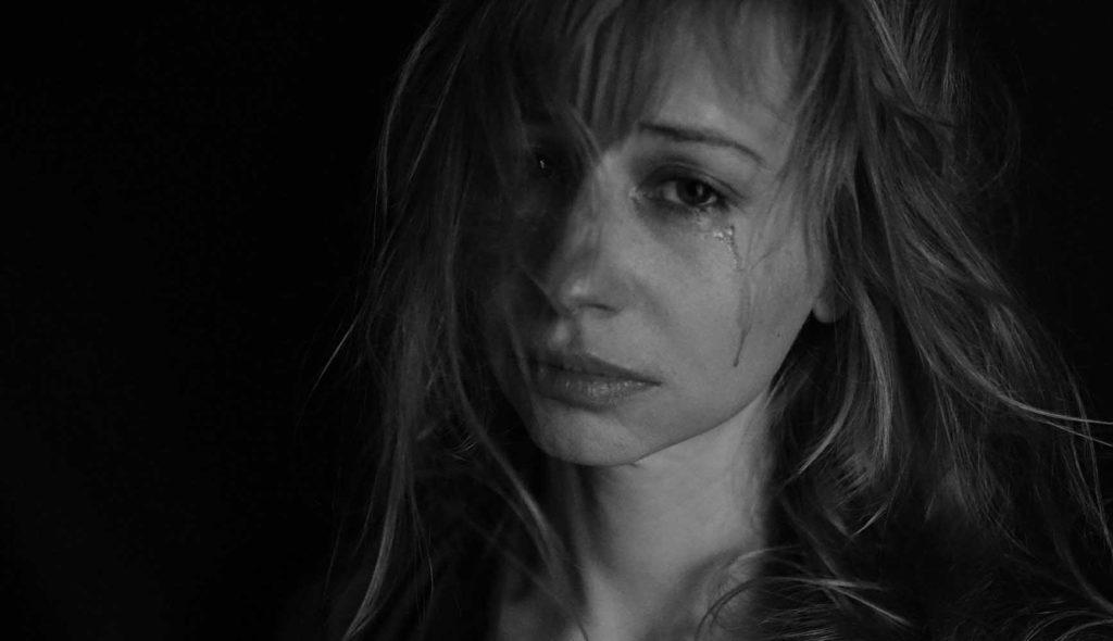 涙を流す女性の白黒写真