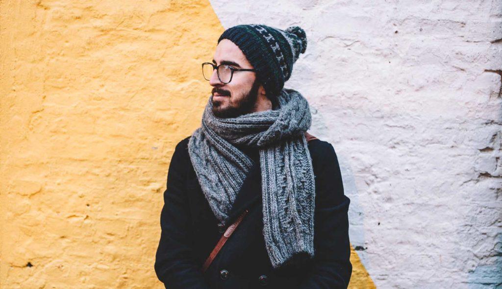 手編みのマフラーをした男性
