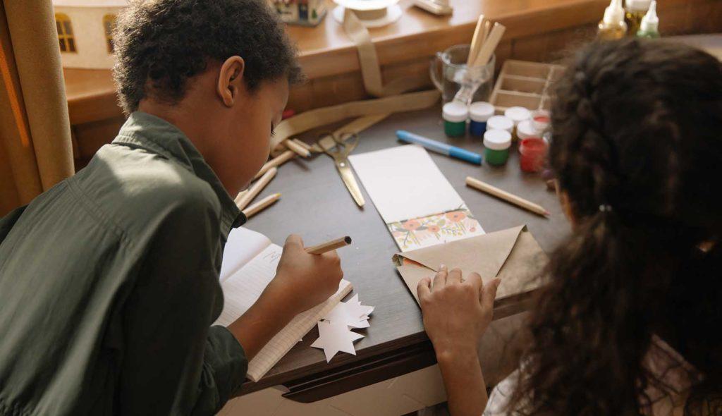 手紙を書く2人の子供