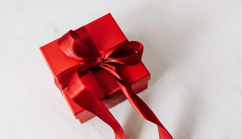 赤いリボンで包まれた赤い小さなボックス