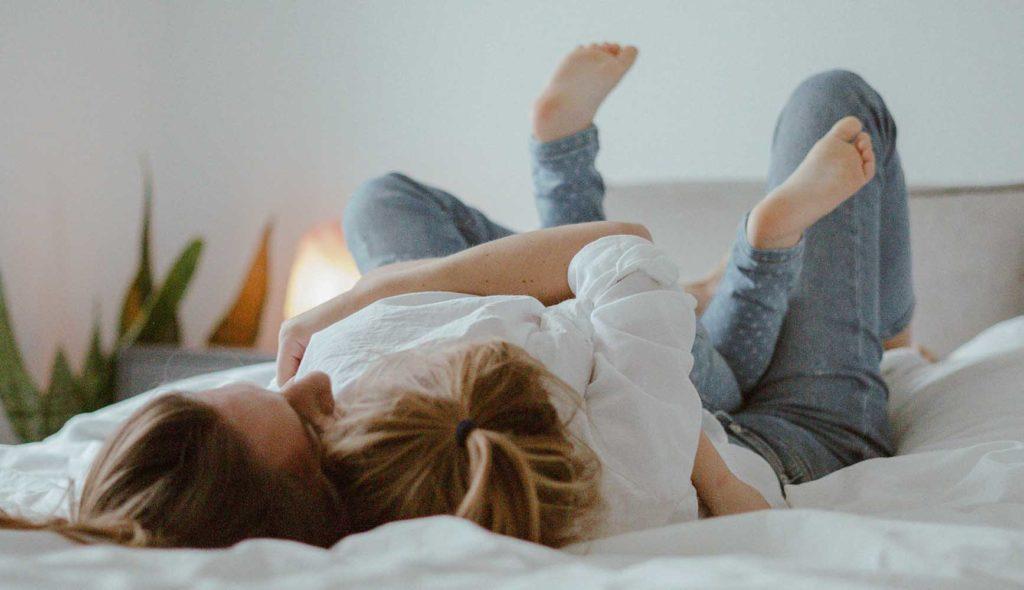 ベッドの上で抱きつく母娘