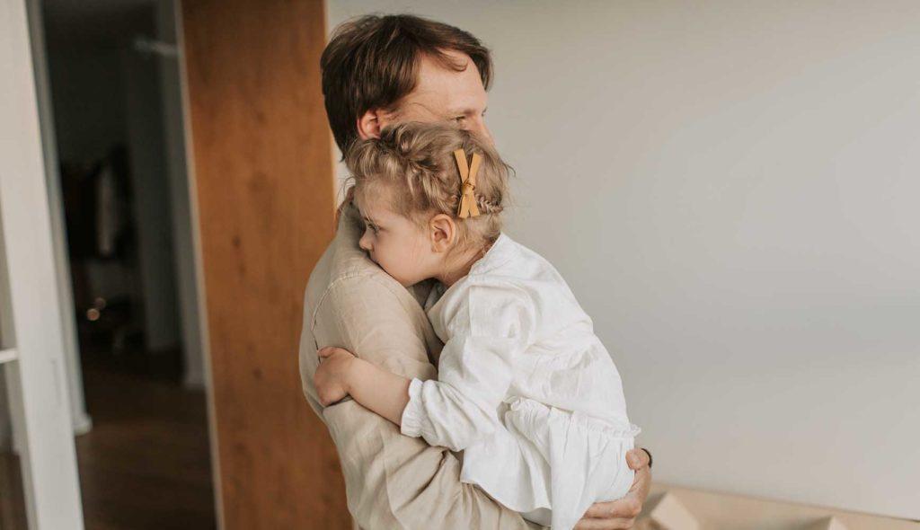 父親に抱っこされる女の子