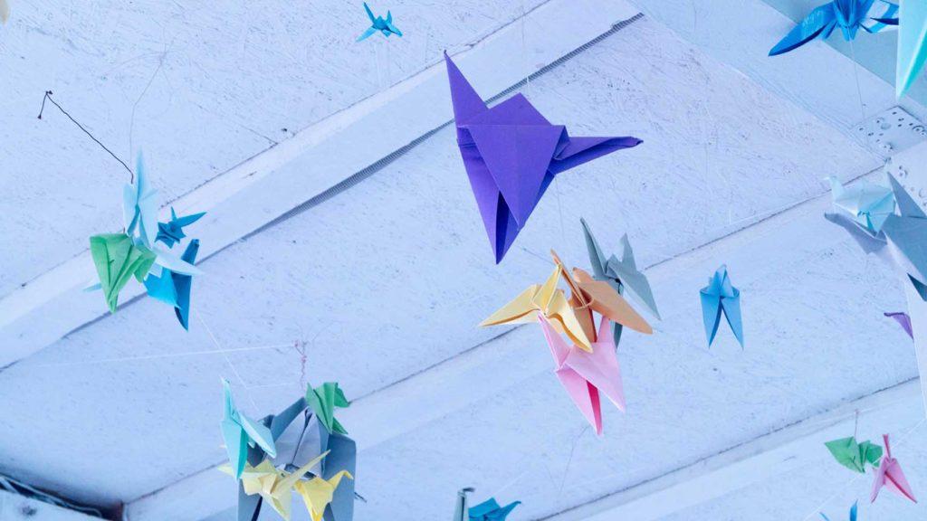 部屋中に吊るされた折り紙のデコレーション
