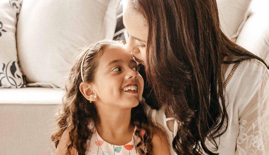仲良く顔を近づけて会話をする母と娘
