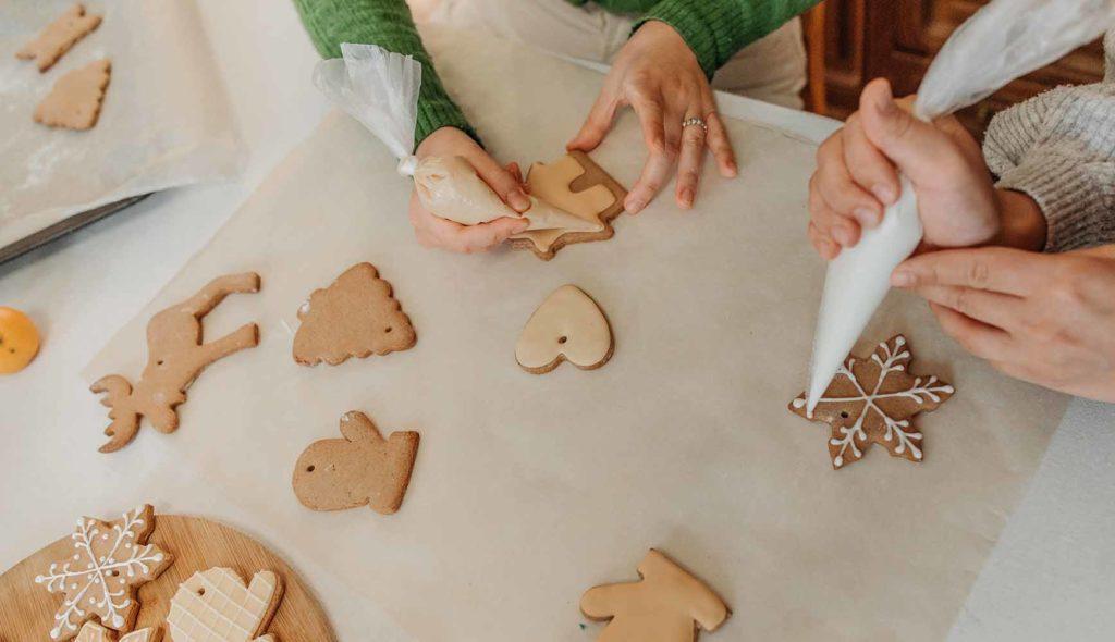 クッキーにアイシングする女性
