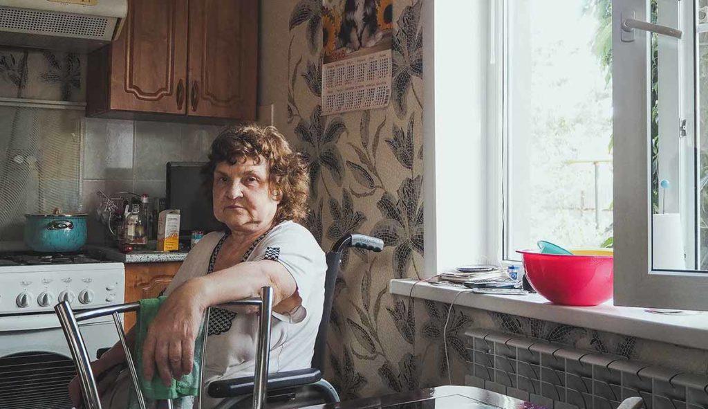 台所の椅子に座ってこちらを見つめる祖母